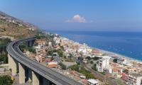 Широкие пляжи и рыбные рестораны Летоянни. Сицилия.